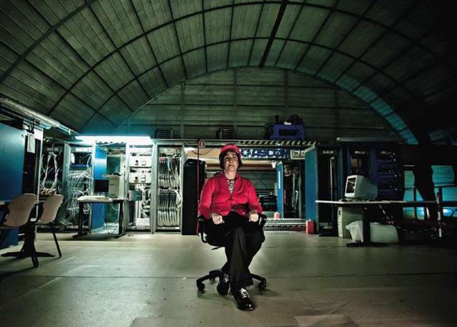 La scienziata Lucia Votano, fisica nucleare, in una delle sale dei laboratori nazionali del Gran Sasso, il più grande centro di ricerca sotterraneo del mondo (oltre mille metri sotto la montagna), del quale è direttore dal 2009. È la prima donna chiamata a ricoprire tale incarico - Foto di Simone Cerio