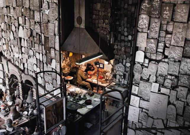 Nei laboratori della Pontificia fonderia di campane Marinelli un operaio è al lavoro nell?area dedicata a sculture e decorazioni, altra attività della fonderia. Sta preparando il supporto che andrà a sostenere la campana una volta appesa - Foto di Stefano Snaidero