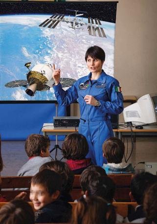 Una lezione «spaziale» per i bambini della scuola primaria A. Stoppani. L?insegnante è Samantha Cristoforetti, la prima donna italiana scelta come astronauta dall?Agenzia spaziale europea dopo una selezione alla quale hanno partecipato 8.500 aspiranti - Foto di  Armando Rotoletti