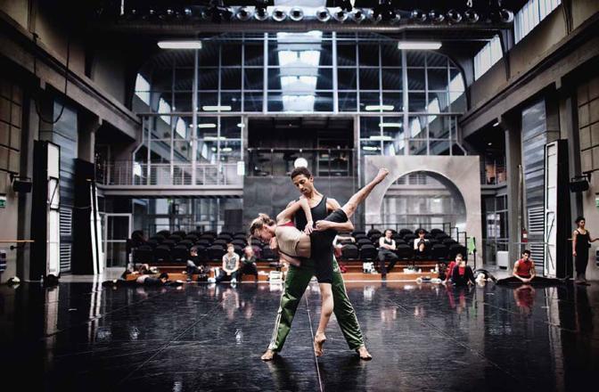 Negli anni Trenta era una fonderia, ai margini del centro storico. Dal 2004, dopo un attento restauro, è diventata la sede della Fondazione nazionale della danza-compagnia Aterballetto. Nella sala Fusione della struttura, i ballerini provano le coreografie - Foto di Marco Gualazzini