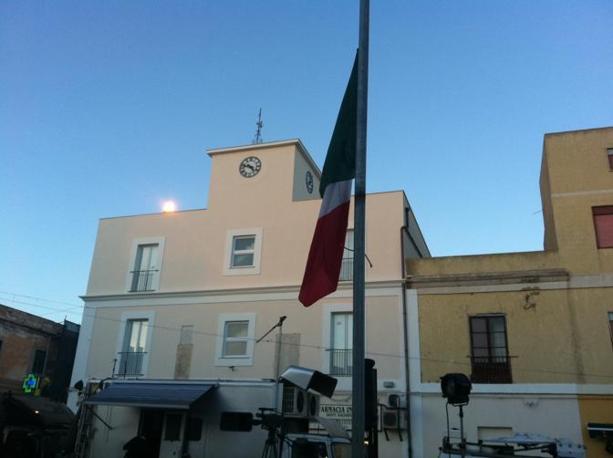 Una bandiera tricolore a mezz'asta nel giorno della festa dell'Unità d'Italia: così il sindaco Bernardino De Rubeis ha voluto protestare per l'emergenza immigrazione (foto A. Sciacca)