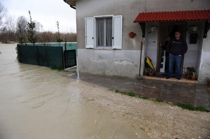 Casette D'Ete (Fermo), 2.800 residenti, dove sono morte due persone travolte dalla piena del torrente l'intero abitato è invaso dal fango. Sott'acqua anche diversi stabilimenti e capannoni (Ansa)