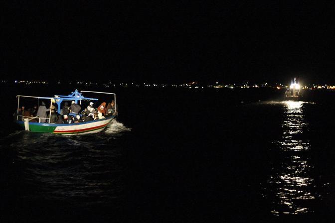 I barconi di migranti giunti nella notte a Lampedusa (Reuters)