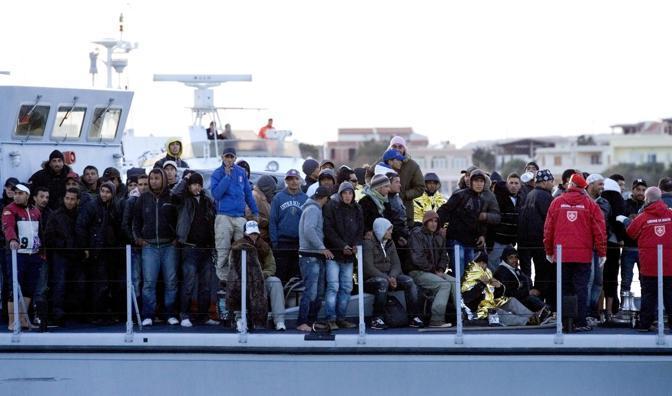 Extracomunitari sulla motovedetta della Guardia di Finanza diretta al molo Favarolo nel porto di Lampedusa  (Epa)