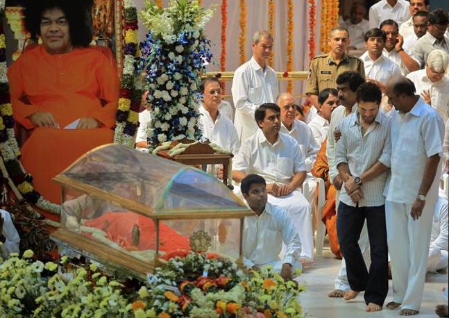 Il corpo di Sai Baba esposto per l'ultimo saluti dei fedeli all'ashram di Puttaparti, in India (Ap/Rafiq Maqbool)