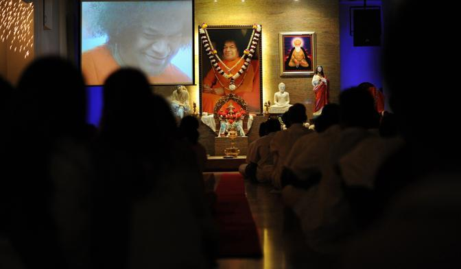 Fedeli della Malaysia raccolti in preghiera per Sai Baba (Ap/Said Khan)