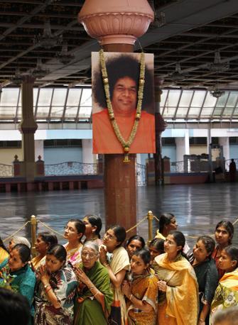 Fedeli in fila per l'ultimo saluto a Sai Baba all'ashram di Puttaparti, in India (Ap/Aijaz Rahi)