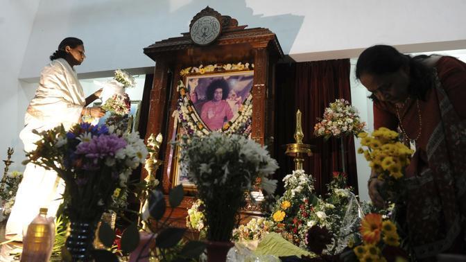 In preghiera per Sai Baba anche a Colombo, in Sri Lanka (Afp/Ishara S. Kodikara)