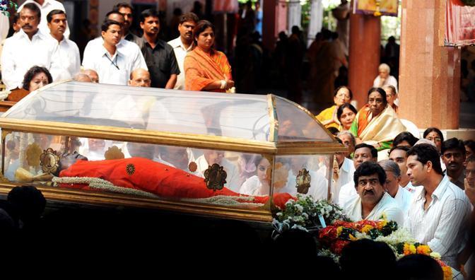 Il corpo di Sai Baba esposto per l'ultimo saluti dei fedeli all'ashram di Puttaparti, in India (Afp/Dibyangshu/Sarkar)