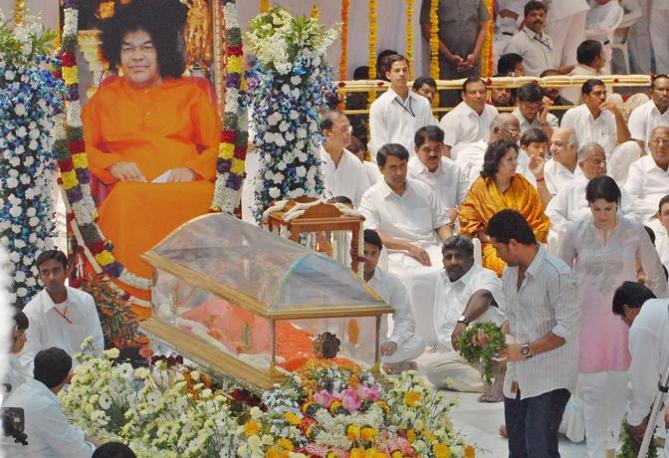Il corpo di Sai Baba esposto per l'ultimo saluti dei fedeli all'ashram di Puttaparti, in India (Epa/Jagadish)