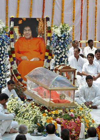 Il corpo di Sai Baba esposto per l'ultimo saluti dei fedeli all'ashram di Puttaparti, in India (Ap/Aijaz Rahi)