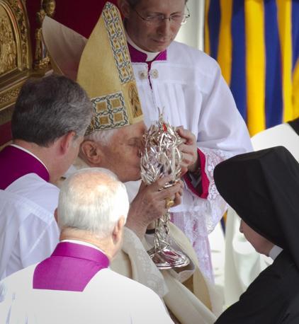 Sempre subito dopo la proclamazione della beatificazione una ampolla con il sangue di Giovanni Paolo II è stata portata a papa Benedetto XVI (Ap)