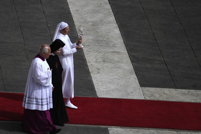 A portare all'altare la reliquia sono state suor Tobiana e suor Marie Simon Pierre, che da Giovanni Paolo II fu guarita dal Parkinson, il miracolo grazie al quale il Vaticano giustificato la beatificazione (Afp)