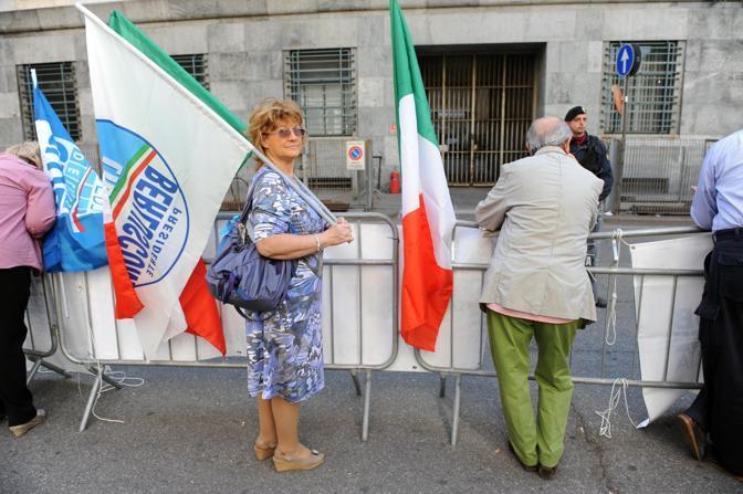 Sostenitori del premier Silvio berlusconi all'esterno del palazzo di giustizia di Milano (Milestone media)