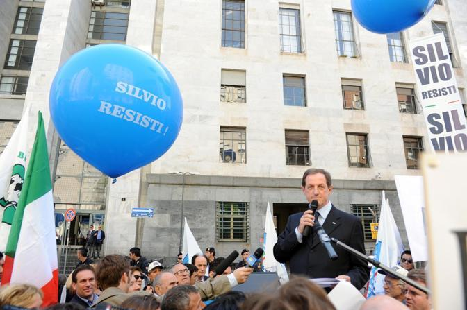 Il senatore Mantovano (Pdl) tiene un comizio al di fuori del tribunale (Milestone Media)