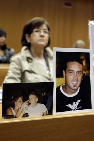 La foto in aula di Antonio Schiavone, operaio morto nel rogo (Fotogramma)