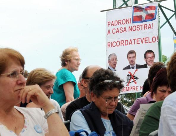 Cittadini ascoltano la conferenza stampa di Alberto Perino, dopo le perquisizioni effettuate dalla Digos a Chiomonte (Ansa)