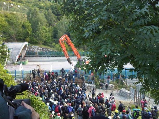 Scontri in Val di Susa, al cantiere della Torino-Lione a Chiomonte presidiato dai No Tav  (foto M. Imarisio)