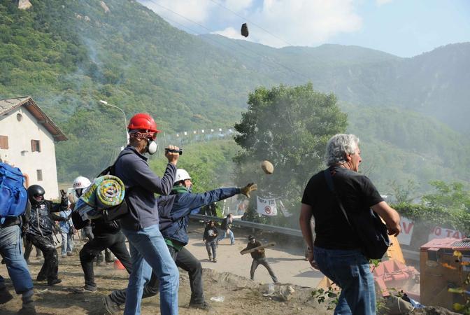 Negli scontri, alcune frange di manifestanti hanno lanciato bombe carta, sassi e benzina contro polizia e carabinieri  (Lapresse)