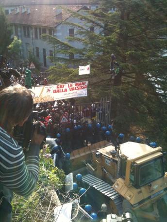 Dopo ore di tensione e qualche contatto fisico, centinaia di agenti in tenuta anti-sommossa hanno sgomberato l'area con un fitto lancio di lacrimogeni (foto di M. Revelli)