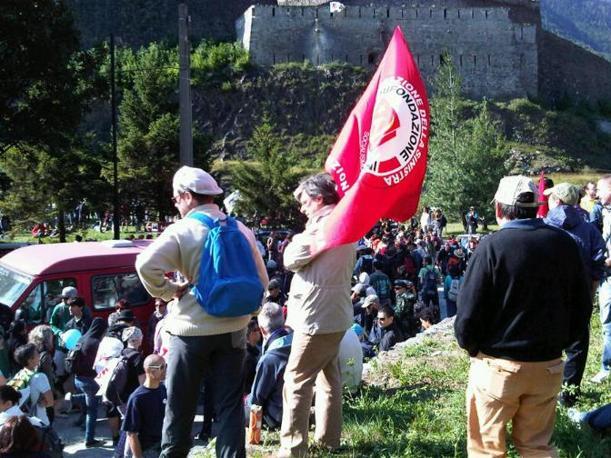 """Manifestanti a Exilles, da cui parte il corteo """"istituzionale"""" con i sindaci della Val di Susa diretto al cantiere dell'Alta Velocità di Chiomonte (foto dall'inviata Benedetta Argentieri)"""
