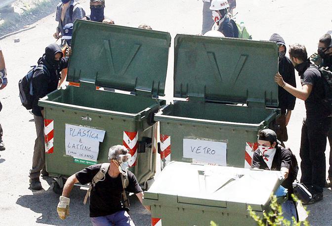Manifestanti No Tav a Chiomonte preparano le barricate con i cassonetti (LaPresse)
