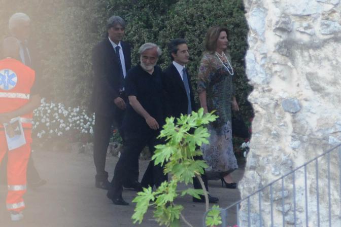 Il presidente della Campania Stefano Caldoro ( secondo da sinistra) con Secondo Amalfitano ex sindaco di Ravello che ha celebrato le nozze del ministro (Ansa)