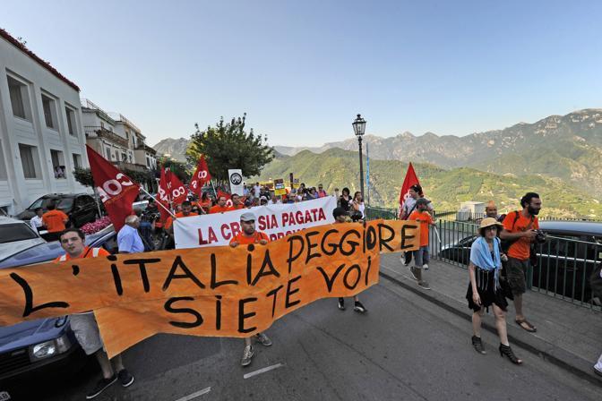 Il corteo dei precari Cobas a Ravello per l'annunciata contestazione durante il matrimonio del ministro Renato Brunetta (Ansa)