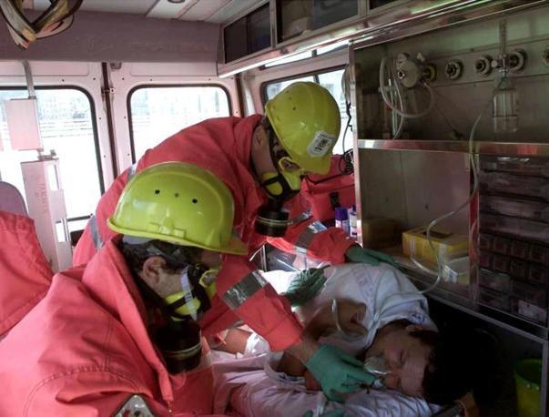 Il fotoreporter dell'Ansa Luciano Del Castillo riceve le prime cure dopo essere rimasto intossicato durante gli scontri del pomeriggio (Ansa)