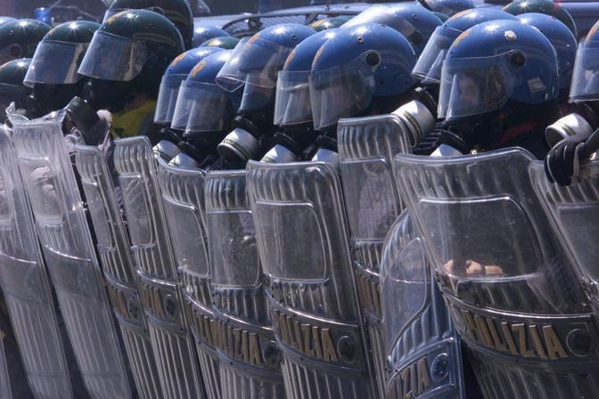Sabato 21 luglio 2001. È l'ultimo giorno di mobilitazioni. Molti chiedono di annullare la manifestazione dopo la morte di Carlo Giuliani. Richiesta respinta dal Genoa Social Forum. Da corso Italia alla Foce il tragitto del corteo. La violenza caratterizza la giornata. I manifestanti dicono di essere stati attaccati a freddo. Gli scontri con le forze dell'ordine durano alcune ore. Centinaia i feriti, molti tra gente comune che è stata colpita. Migliaia gli agenti schierati, tra questi anche polizia e guardia di finanza (Reuters)