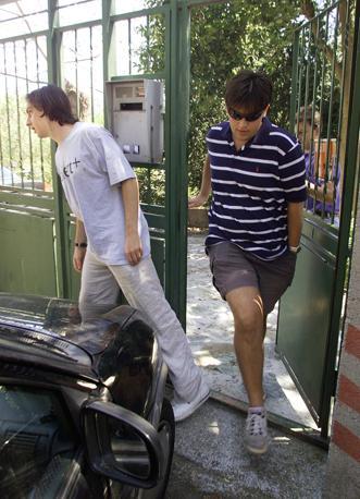 Gli amici di Giuliani escono dalla casa dei suoi genitori (Ansa /Zennaro)