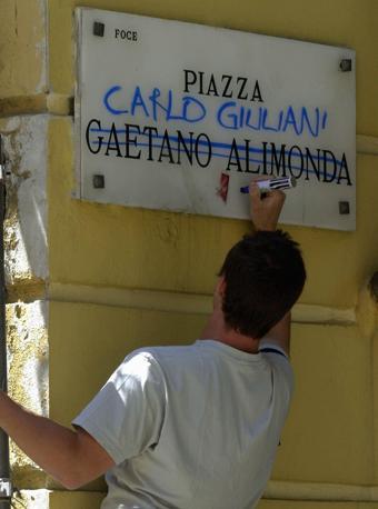 Un giovane intitola la piazza a Carlo Giuliani (Epa-Ansa)