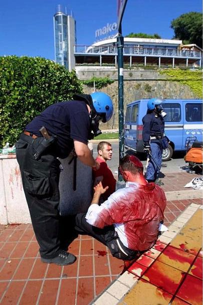 Un manifestante massacrato sul lungomare il 21 luglio 2001 (Lapresse)