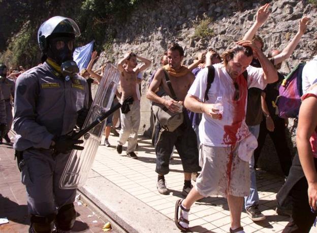 Alla fine dei due giorni si conteranno 350 feriti, di cui 224 manifestanti e 19 giornalisti; 108 gli agenti che hanno fatto ricorso alle cure mediche (Reuters)