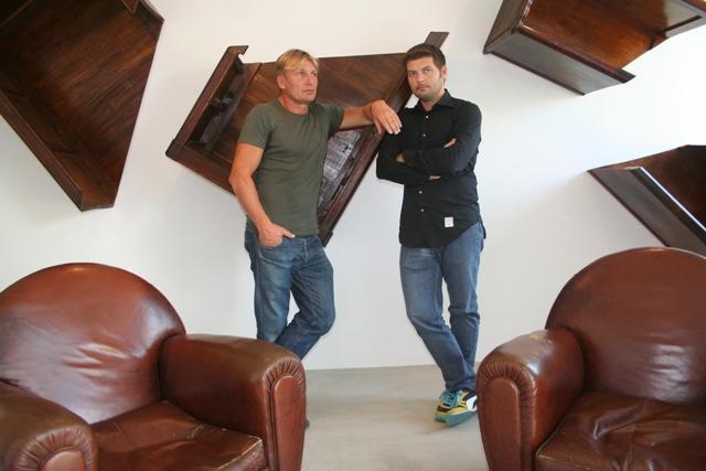 """Il movimento delle cose"""" con installazioni di mobili (veri) e pezzi di recupero della fine ?800 primi del ?900 ribartati sulle pareti per raccontare e infondere tenacia e dedizione"""