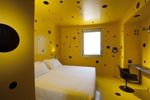 """La stanza della """"decompressione"""" ( la nr.20, tutta gialla, a pois, con effetti 3D) pensata per dare al cervello la possibilità indurre un cambiamento di vita"""