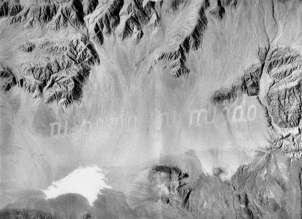 Ecco alcune delle scritte e pubblicità più curiose visibili dallo spazio. Nel deserto Atacama, in Cile, compare la scritta «ni pena ni miedo», (né vergogna, né paura) è un?opera di Raúl Zurita.