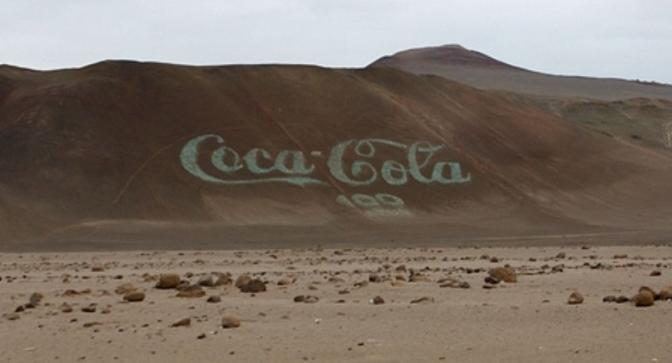 Nel 1986, per celebrare i 100 anni della compagnia, a nord del Cile è stata creata una scritta «Coca Cola», composta da circa 70.000 bottiglie vuote della bevanda