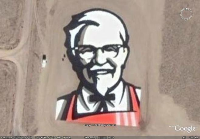 L?immagine in mezzo al deserto del Nevada del Colonello Sanders, fondatore e icona della Kentucky Fried Chicken, la nota catena specializzata nei menu a base di pollo fritto.