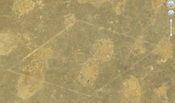 «Readymix», la prima pubblicità al mondo visibile anche dallo spazio. La scritta impressa nel deserto australiano nel 1965 si estende per circa 3,2 chilometri ed è alta 1,6 chilometri.
