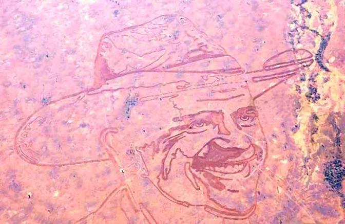 Nello sterminato Mundi Mundi, località semisperduta dell'Australia, l'autodidatta Ando ha disegnato 4 chilometri di volto del Mundi Man, metafora del colono della prateria.