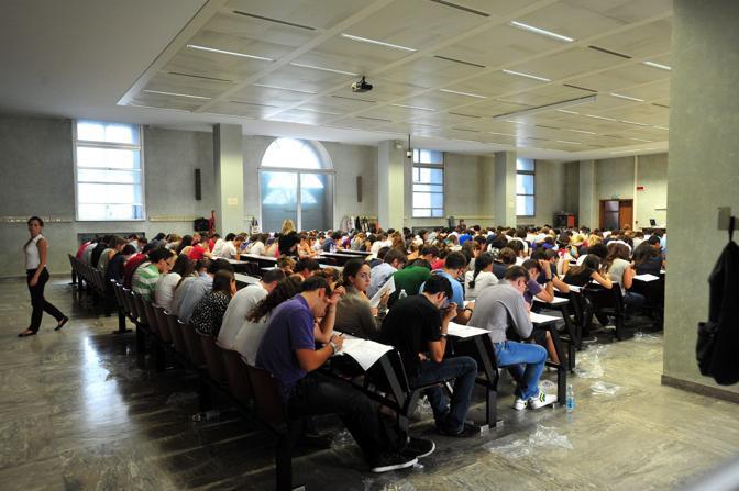 Test per l'accesso a Medicina alla Cattolica di Milano (Fotogramma)