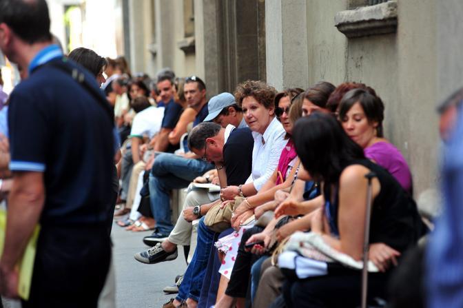 Genitori in attesa dei figli che affrontano il test alla Cattolica di Milano. Talmente tante persone erano fuori dall'ateneo che la polizia locale ha dovuto bloccare il traffico (Fotogramma)