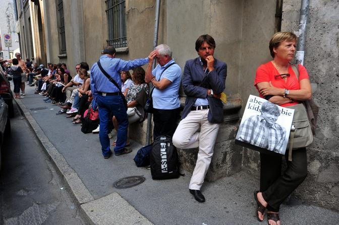 Genitori in attesa dei figli che affrontano il test alla Cattolica di Milano (Fotogramma)