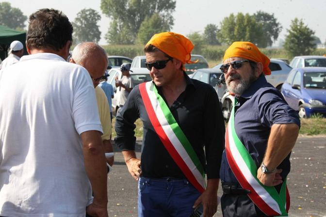 Il sindaco di Pessina Cremonese Dalido Malaggi (a sinistra) e quello di Torre De Picenardi Mario Bazzani  (Ansa)