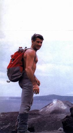 È morto Walter Bonatti, leggenda dell'alpinismo italiano. Nato a Bergamo del 1930 è stato protagonista di numerose imprese. Nella foto è sul cratere dell'Anak Krakatoa, Indonesia, nel 1969