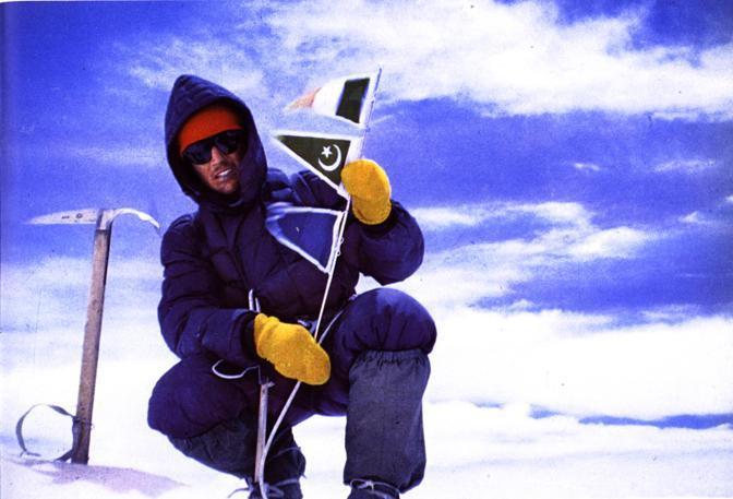 Bonatti sventola le bandierine sulla vetta del Gasherbrum IV (tratta dal libro «Le mie montagne»)