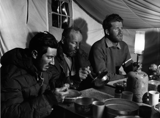 Walter Bonatti, Riccardo Cassin, Carlo Mauri al campo base (Maraini)