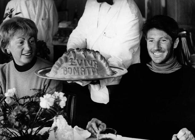 Bonatti festeggia una delle sue imprese con la moglie (Photomasi)