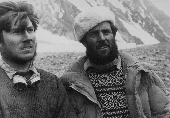 Walter Bonatti con Erich Abram Al campo base del K2 durante la spedizione al K2 del 1954